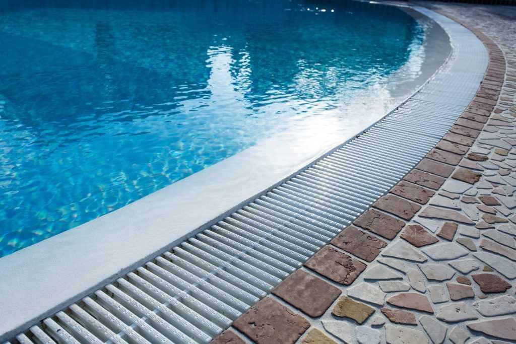 bordes de piscina desbordante